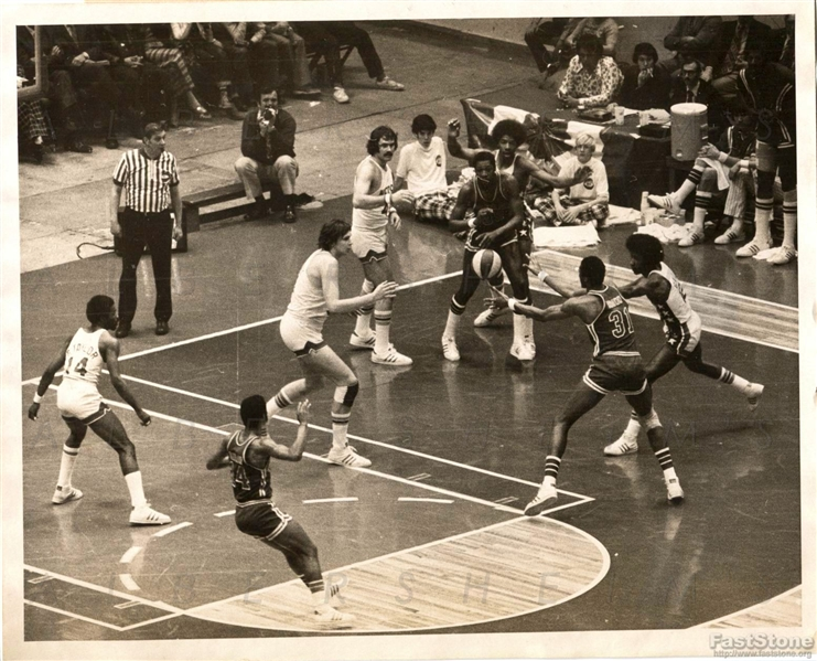 1974 ABA Basketball – Dr. J Plays Defense against the Virginia Squires Original Photo